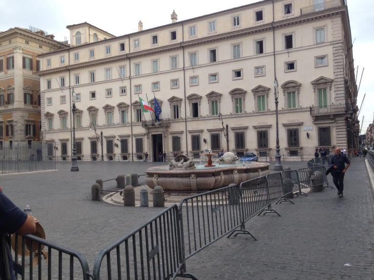 Le transenne che chiudono piazza colonna